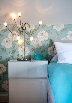 När vi ljussätter ett rum är ett tips att utgå från hur vi beter oss där – och vad vi vill belysa.