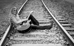 Mikaela Finne kommer från Sundsvall men bor numer i Stockholm. Hon spelar på säsongspremiären av Rootsy Live på E-Street i kväll.
