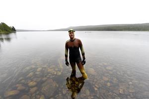 Mats Goldberg redo för 50 mils simmande vid starten i Hällskön i nordligaste Dalarna, 14 grader i vattnet.