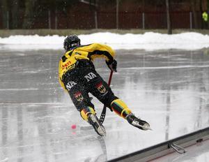 ÖSK:s Andreas Ingemarsson stod på näbben på den ojämna och blöta isen i mitten av första halvlek.