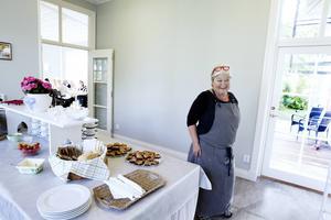 Marta Richardsson är en av de ideella som jobbar under lunchen med maten.