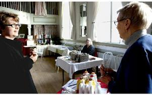 Inez Cedlöf låter en av företagsrundans besökare Elin Norén, prova en av hennes Aloe vera produkter. Foto: Andreas Irebring/DT