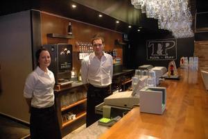 VÄKOMNAR. Emile Broman och Robert Lindersson, anställda på T&P Kök-Bar i Tierp, välkomnar satsningen på att personal inte ska sälja alkohol till för fulla personer.