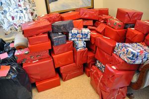 Högen med färdiga julklappar växte allteftersom dagarna i Coriandergården fortlöpte. Totalt skickas mellan 250 och 300 julklappar.