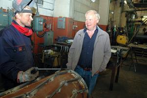 Far och son Einarsson, Christer till höger och Michael till vänster, är glada för att konjunkturen vänt. Nu har företaget full sysselsättning.