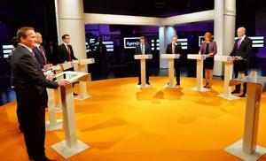 Partiledardebatten i SVT. Debattörerna skriver att politikerna inte kan skapa nya jobb, bara förutsättningarna för dem.