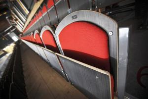 I den stora ishallen i nya arenan är platserna numrerade.– I Z-hallen sitter 80 procent kvar i paus och passar sina platser i stället för att gå och köpa fika, säger Kjell-Åke Andersson, klubbchef i ÖIK.