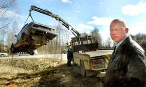 Lars Alm är kampanjledare för skrotkampanjen som just nu pågår i hela landet utom Jämtland och Blekinge. Skrotbilar ute i naturen är en miljöfara och dessutom en enormt resursslöseri. 85 procent av en gammal bil kan återvinnas.