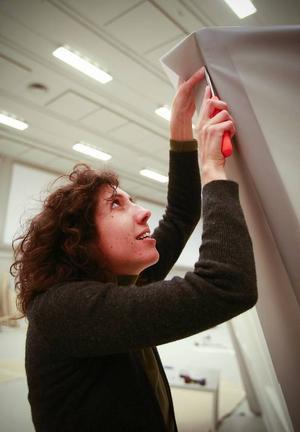 """Mitt i kaoset                                 på Färgfabriken Norr går det att ana att någonting spännande håller på att ta form.Noemi Sjöberg snickrar på sitt verk """"En Mouvement"""", som utforskar gränsen mellan verkligt och overkligt."""