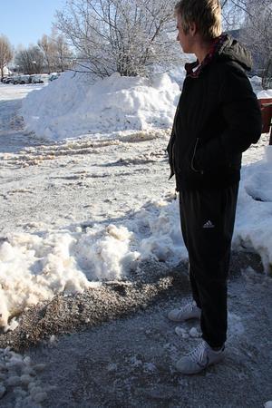Familjen byggde en snövall framför huset för att styra undan vattnet. När de var klara med sin vall byggde Robert Hållén en vall framför grannens hus. Där en äldre dam bor.