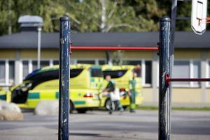 En pojke föll från en klätterställning på Enångers skola. Han fördes till Hudiksvalls sjukhus med smärtor i ryggen.
