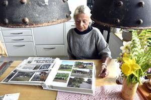 Yvonne Okayma med fotoalbumet, ett av få minnen som finns kvar efter branden.