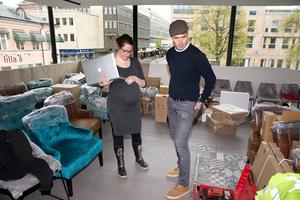 Dora Nacsa och John Lund går igenom detaljer inför öppningen på lördag.