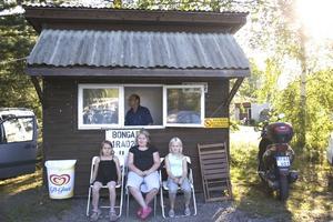 Såld. Bengt Danielsson i kuren sålde bongar/brickor till spelarna. Foto:Karin Rickardsson