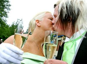 Puss på kinden, champagne och välmodererat hår. Balkvällen ska bli en kväll att minnas.