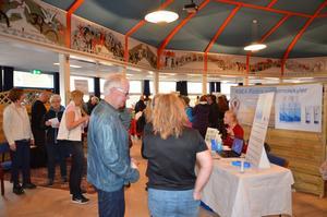 Nyfikna besökare på Hälsomässan i Avesta