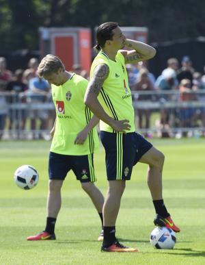 Emil Forsberg och Zlatan Ibrahimovic under en träning med fotbollslandslaget i Båstad inför fotbolls-EM.