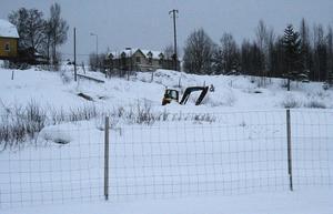 Provtagning av markområdena där fabriken en gång stod pågår fortfarande inför kommande delar av projektet.