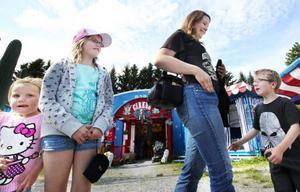 Camilla Rønning har åkt från Trondheim i Norge tillsammans med barnen Leona (längst till vänster) Linnea (i mitten) och Loke (längst till höger). Hon tycker att vädret spelar in för vad man bestämmer sig för att göra på semestern.