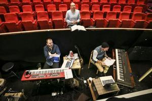 Markus Ernehed, vid den röda synten, ansvarar för musiken på Östersundsrevyn. Musiken för 2014 års uppsättning är lite mer elektronisk än vanligt.