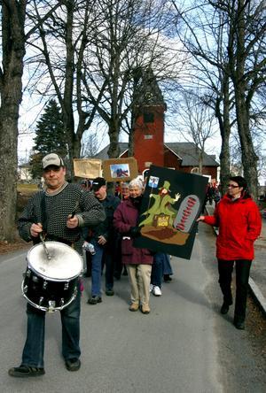 Protest. Engegemanget för ålderdomshemmet på Sörgården var stort i Grythyttan. Över 250 personer samlades till en gemensam demonstration mot omsorgsnämndens nedläggningsbeslut.