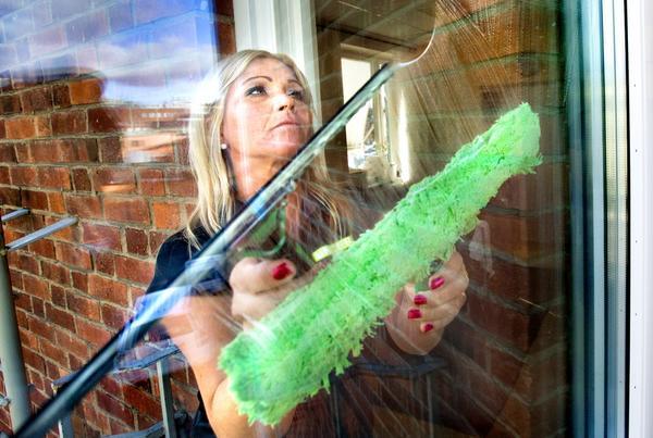 Proffs. Marianne Pettersson har tävlat i både VM och SM i fönsterputsning och det går undan när hon tvättar fönster. Numera använder de fönstersåpa som de tycker ger ett                    bättre resultat än till exempel diskmedel.Foto: Rune Jensen