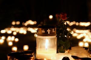 Alla helgons natt på Hovdestalunds kyrkogård.