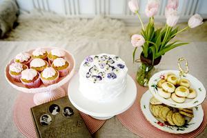 Påskfika med sötsyrliga smaker. Från vänster: Cupcakes med vit choklad och hallonfrosting, Simones syrliga blåbärstårta, lemoncurdgrottor och brysselkex med rosmarin och citron.