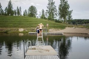 Efter premiärhoppet försöker Emmy Hagelit få med sig Emma Forsberg i vattnet.