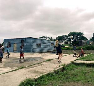 Elsa spelar ofta fotboll med barnen på rasterna. För pengarna hon samlat in tänker hon bland annat köpa en ny boll att spela med.