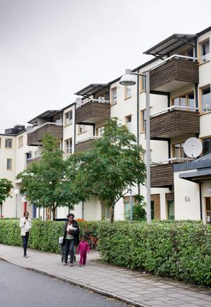 Den som bor i hyresrätt tvingas betala 2 000 kronor mer i skatt per månad, jämfört med den som bor i en nybyggd villa, skriver debattörerna.