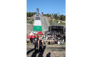 Stora scenen ligger precis nedanför hoppbackarna, där renoveringsarbetet har tagit paus. Foto: Jennie-Lie Kjörnsberg