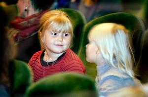 ung publik. Emma Engwall och Elsa Berglund var två av många unga Gävlebor som såg Doris och Knäckebröderna på Konserthuset på söndagseftermiddagen.