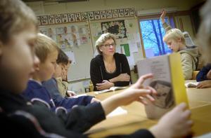 Kommunernas budgetar ställdes på ända när krisen kom galopperande. Flera kommuner har varslat lärare om uppsägning. Nu krävs hjälp från regeringen, anser ledarskribenten Robert Sundberg.