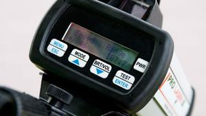 Polis med laserpistol kontrollerade hastighten på bilar  som fördes mot Borlänge tidigt på tisdagsmorgonen.