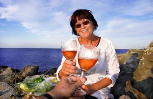 Sommarskål i rosa. På picknick och till de lätta sommarrätterna är rosévinet ofta ett bra vinval. Det har också allt fler svenskar upptäckt. Rosévinsförsäljningen har ökat rejält flera år i rad. Fortfarande svarar dock vår konsumtion av rosé bara för cirka 3 procent av vårt totala vindrickande.  Foto: Sune Liljevall