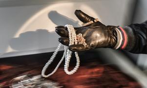 Vid villainbrotten som utförs av ligorna är det vanligt att tjuvarna enbart är ute efter guld och smycken. Stöldgodset postas till medhjälpare i hemlandet.