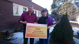 Daniel Wallberg, Loos IF, fick 2015-års ungdomsidrottsstipendie av Ljusdals kommun. Jonny Mill (LB), ordförande i samhällsutvecklingsutskottet delade ut stipendiet.