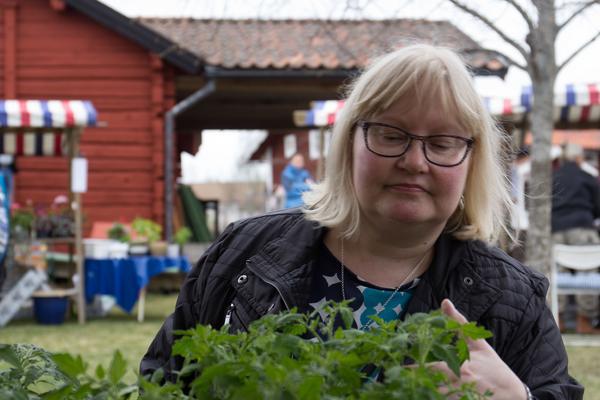 Annelie Nilsson uppmanar alla som saknar trädgård men  som är nyfikna eller redan har ett intresse att  odla på till exempel balkongen.