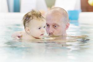 Pappa Magnus Olsson kokar kaffe i vattnet för sonen Liam, 11 månader.