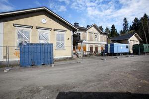 Holmsunds skola har stått tom länge och fasaden är sliten och utsatt för skadegörelse. När det nu byggs om till boende i