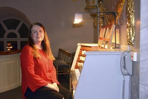 Ann-Kristin Färnström vid orgeln i Sköns kyrka.