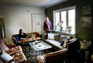 """Undantag. Familjen Westerberg gör vissa undantag från sin plastfria livsstil. Till exempel när det kommer till funktionskläder. Dock växer utbudet hela tiden. """"Det kommer fler och fler alternativ, som naturgummi och skinn impregnerat med vax. Vi som letar hela tiden märker det"""", säger Henrik Westerberg. Foto: Magnus Grimstedt"""