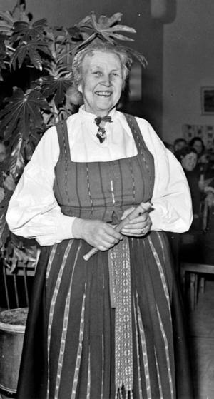 STÅUPPARE. Mångsidiga Ida Gawell-Blumenthal växte upp i Gävle och blev berömd över hela Sverige för sina historier från Hälsingland. Här underhåller hon på en fest hos Tobaksmonopolet i Gävle 1944.Foto: Carl Larssons ateljé/Länsmuseet Gävleborg