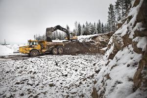 Maskinerna mullrar. Grävskoporna gräver och dumprarna jobbar fram den nya återvinningscentralen vid Sävstaås.