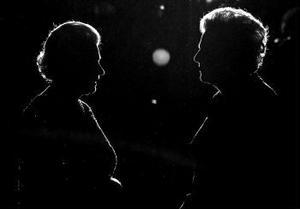 I torsdags fyllde Storbritanniens före detta premiärminister Margaret Thatcher 80 år. Thatcher tillhörde – tillsammans med USA:s president Ronald Reagan – 80-talets högervåg. Hon styrde Storbritannien mellan 1979 och 1990. Thatchers politik var mycket kontroversiell och gick i korthet ut på att privatisera statliga företag, sänka skatterna och minska fackförbundens inflytande. Än i dag, 15 år efter hennes avgång och efter två hela mandatperioder av socialdemokratiskt styre med Tony Blair, präglas det brittiska samhället mycket av arvet efter Järnladyn.
