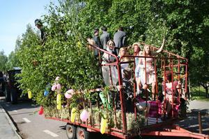 För niondeklassarna på Perslundaskolan var det dags för sista skoldagen på onsdagen. Niorna åkte runt i Ockelbo i vagnar dragna av traktorer, utsmyckade med träd, grenar och ballonger.