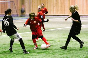 Sveg (här i rött) gjorde en tapper insats mot Prolympia. Här ser vi en situation från en av de två femminuterspassen i tjejmatchen.Foto: Olof Sjödin