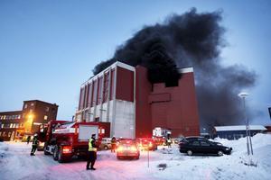 Räddningsfordon i mängd har kallats till Hällarna, där storbranden ännu rasar.