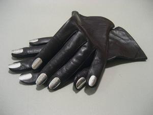 Anna-Sara Dåvik har gjort sina nagelförsedda handskar efter modell av sin föregångare Elsa Schiaparelli.   Foto: A-S Dåvik